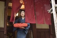 小包をもつ着物の日本人女性