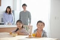 食卓に座る子供たちと両親
