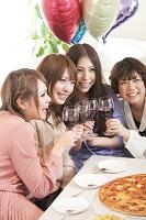 ワインで乾杯をする日本人女性
