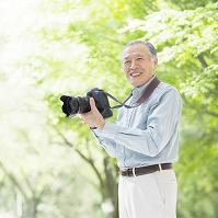 カメラを持つシニアの日本人男性