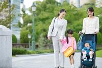 子連れで通勤する女性