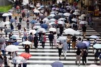 梅雨 雨の日の人波