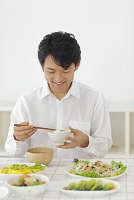 食事をする日本人男性