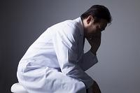 思い悩むベテラン医師