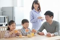 食卓に座る子供たちと父親