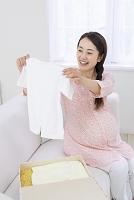 ベビー服を眺める女性