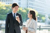 公園で談笑する日本のビジネスマン