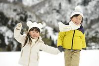 雪山で走る日本人の子供