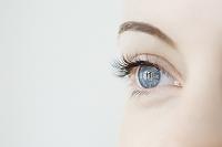 白人女性の青い目