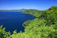 青森県 新緑の御倉半島と南八甲田山 十和田湖