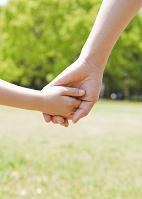 手を繋ぐ母と娘