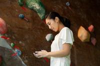 ボルダリングジムにいる日本人女性