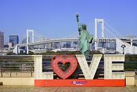 東京都 お台場 レインボーブリッジと自由の女神像