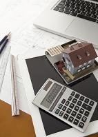 建築模型と電卓とタブレット