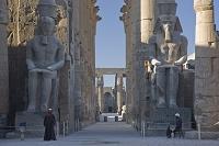 ルクソール神殿 ラムセス2世の中庭よりラムセス2世坐像と大列柱廊