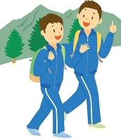 林間学校で山登りをする中学生男子