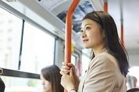 バスで通勤する日本人女性