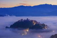 福井県 天空の城 雲海と紅葉の越前大野城 朝景