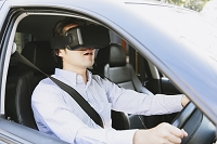 バーチャルリアリティで運転する日本人男性
