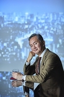 バーでお酒を嗜む日本人ビジネスマン