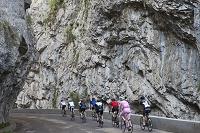 フランス 渓谷とロードレースをする人々