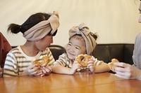 カフェにいる日本人家族
