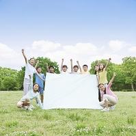 白い布を広げる日本人の子供たち