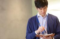 ミーティングをする日本人男性
