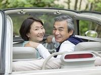 オープンカーに乗るシニア夫婦