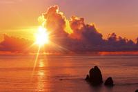 東京都 母島 静沢の森から望む四本岩と太平洋の夕焼け