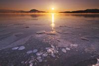北海道 屈斜路湖の日の出とアイスバブル