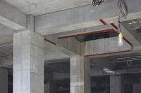 建築現場のコンクリートの柱
