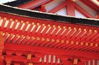 朱塗りの木造建築の屋根と垂木