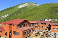 岐阜県 朝の北アルプス双六小屋と登山者