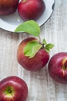 机の上のリンゴ