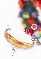 シャンペングラスとサンタの人形、クリスマス