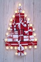 クリスマスツリーの形に集めたプレゼント