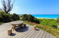 与論島 ビーチを臨むウッドデッキの休憩所