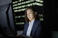 オフィスで残業する日本人ビジネスウーマン