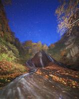 青森県 紅葉の弥勒の滝と黎明の星空