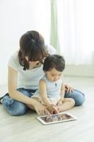 日本人の赤ちゃんと母親