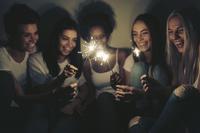 手持ち花火を楽しむ若者