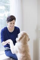 40代の日本人女性と犬