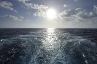 太平洋 大型船の航跡と太陽