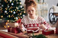 クリスマスプレゼントを用意する女性
