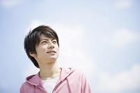 青空の下の日本人男性
