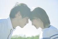 目を閉じるカップル