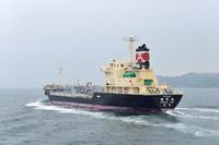 愛媛県 松山市 瀬戸内海を行く小型石油タンカー