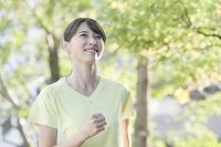 ジョギングをする20代日本人女性