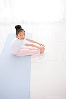 室内でストレッチをするの日本人の女の子